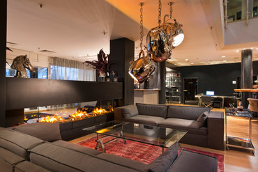 Cozy lobby with sofas and fireplace in Wyndham Hannover Atrium hotel | © Wyndham Hannover Atrium